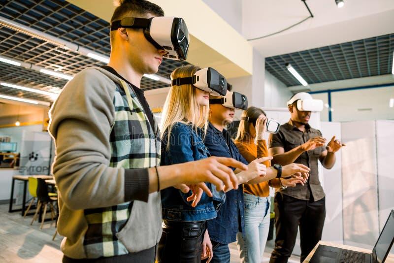 Team van ontwikkelaars die met virtuele werkelijkheidsglazen tijdens een commerci?le vergadering werken Jonge bedrijfscollega's royalty-vrije stock foto's