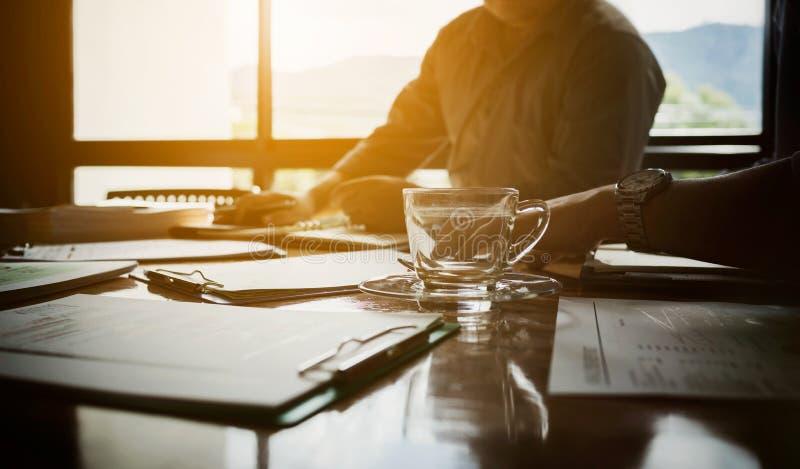 Team van partners maandelijkse vergadering aan plan voor lening aan stock foto