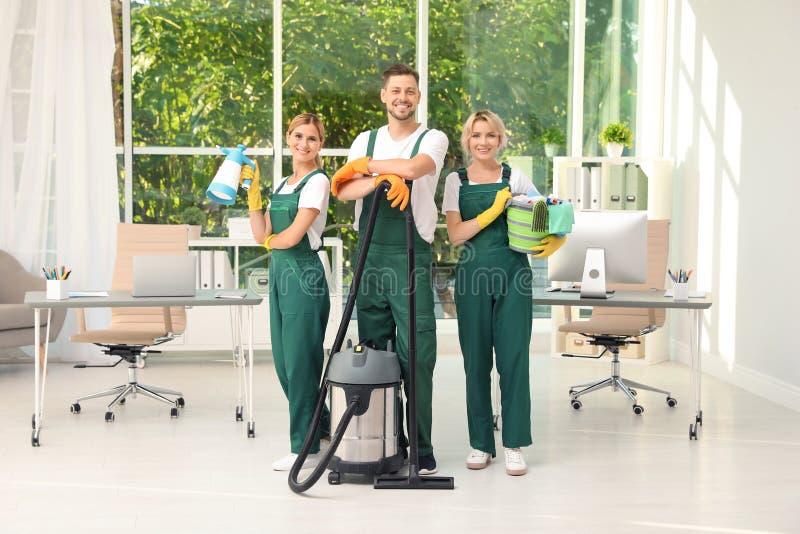 Team van portiers met het schoonmaken van levering stock foto