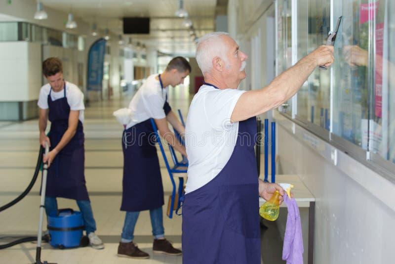 Team van portret het professionele reinigingsmachines op het werk stock fotografie