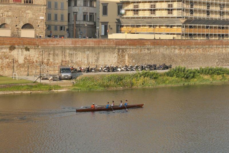 Team van roeierstrein in een boot in Florence, Italië royalty-vrije stock afbeelding