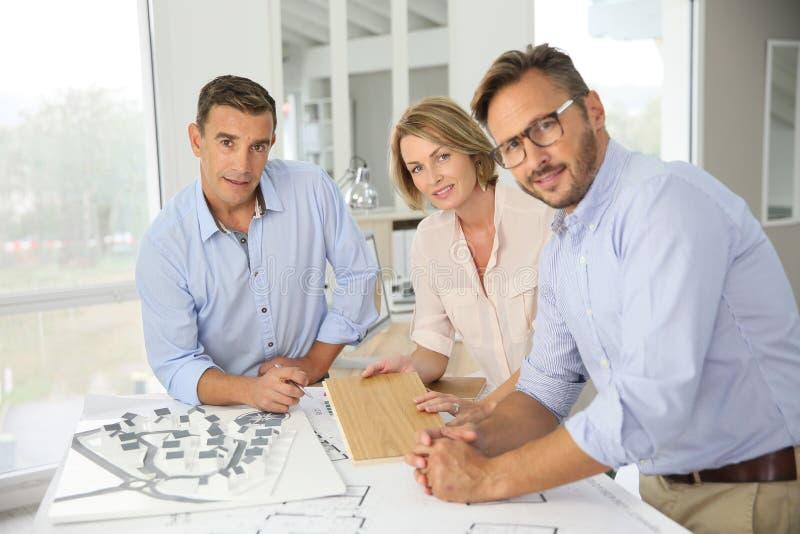 Team van succesvolle en architecten die samenkomen plannen royalty-vrije stock afbeeldingen