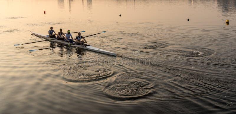 Team van vier roeierspraktijk in het rennen van kano royalty-vrije stock foto's