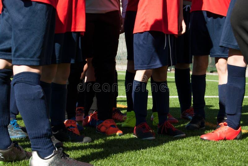 Team van voetbalkinderen op groen gebied stock afbeelding