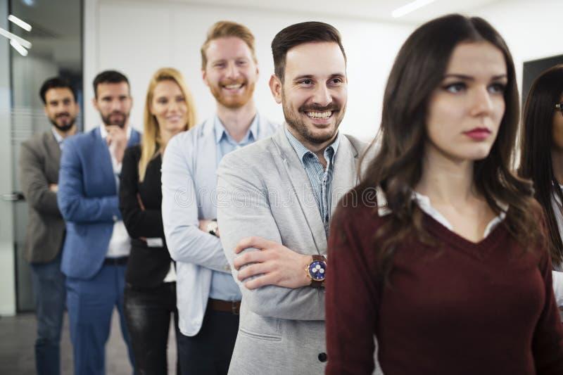 Team van vrolijk zakenlui die voor groepsbeeld stellen royalty-vrije stock fotografie