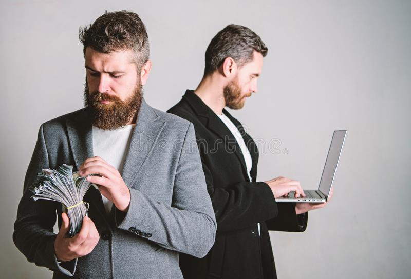 Team van Webontwikkelaar met laptop en afdelingschef met contant geldgeld Het ontwikkelen van toepassingen Digitale Technologie H stock afbeeldingen