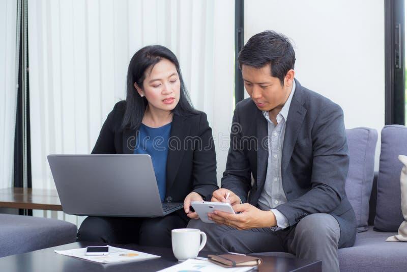 Team van zaken twee mensen die aan laptop met tijdens een vergadering samenwerken stock afbeeldingen