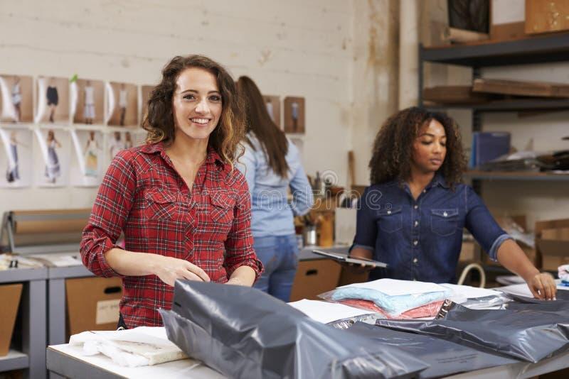 Team Verpackungsbestellungen für Verteilung, Frauenlächeln zur Kamera lizenzfreies stockbild