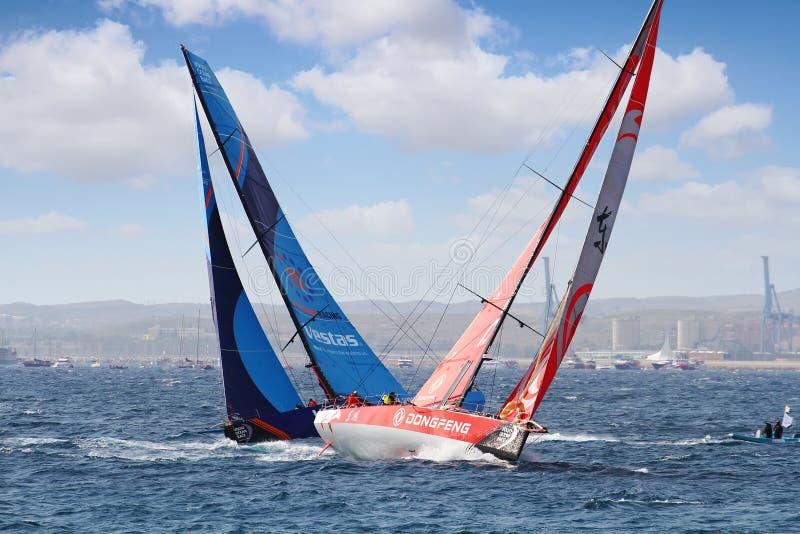 Team Vestas stridighet mot Team Dongfeng i startbenet 1 Alicante-Lissabon royaltyfri bild