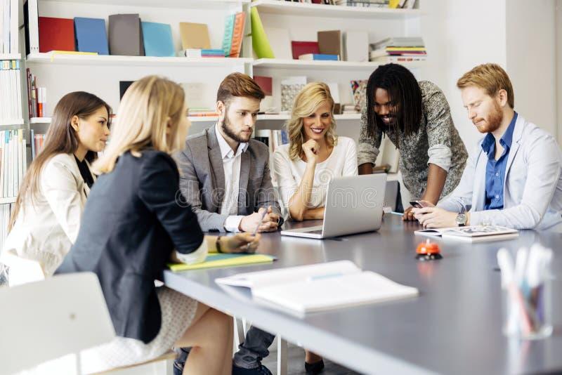 Team von den Architekten, die Zukunftspläne besprechen stockfotos