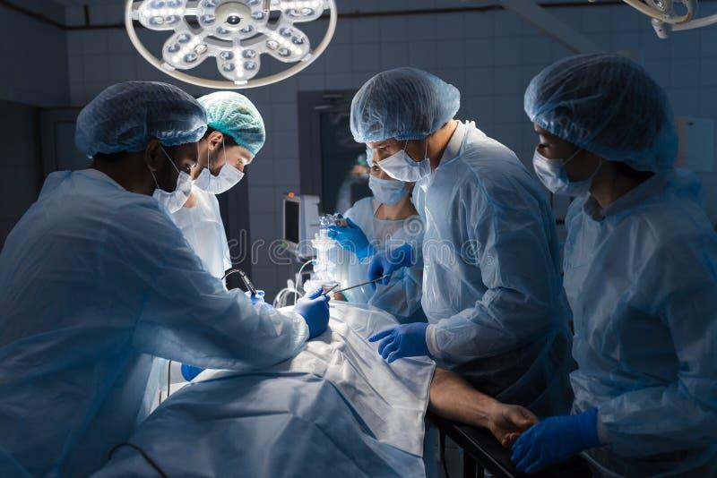 Team von den Chirurgen, die im Krankenhaus funktionieren stockfoto