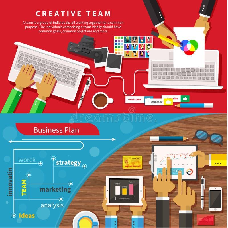 Team von den Designern, die zusammen an einem Computer arbeiten stock abbildung