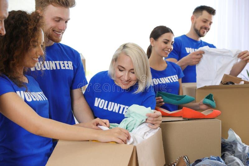 Team von den Freiwilligen, die Spenden in den Kästen sammeln stockbilder