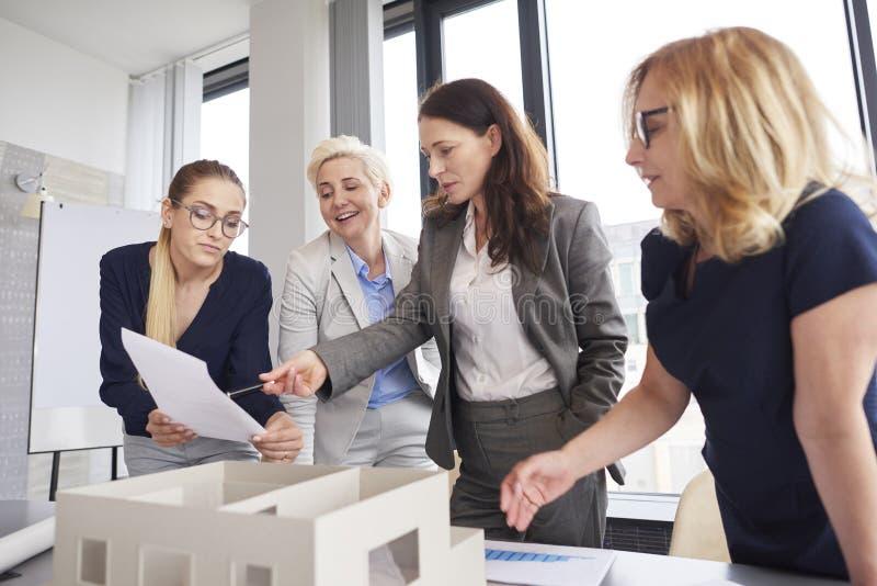 Team von den Geschäftsfrauen, die Beratungen über Strategie haben stockbild