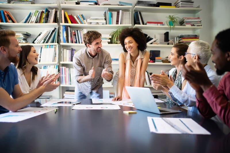 Team von den Kollegen, die zusammen beim Arbeiten im modernen B?ro gedanklich l?sen lizenzfreie stockfotografie