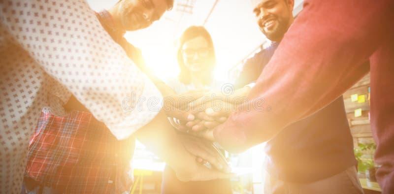 Team von den Wirtschaftlern, die Handstapel bilden lizenzfreies stockbild