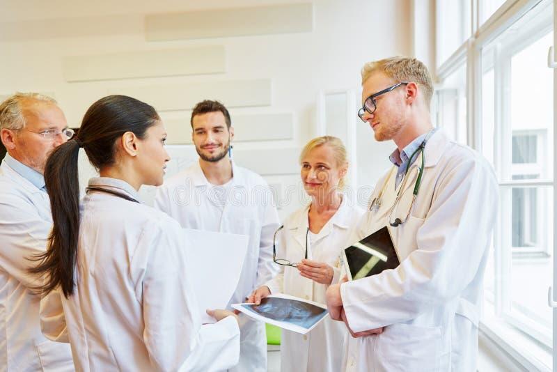 Team von Doktoren in der Diskussion stockfoto