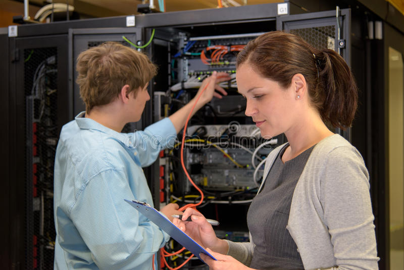 Team von IT-Fachmännern im datacenter lizenzfreies stockfoto