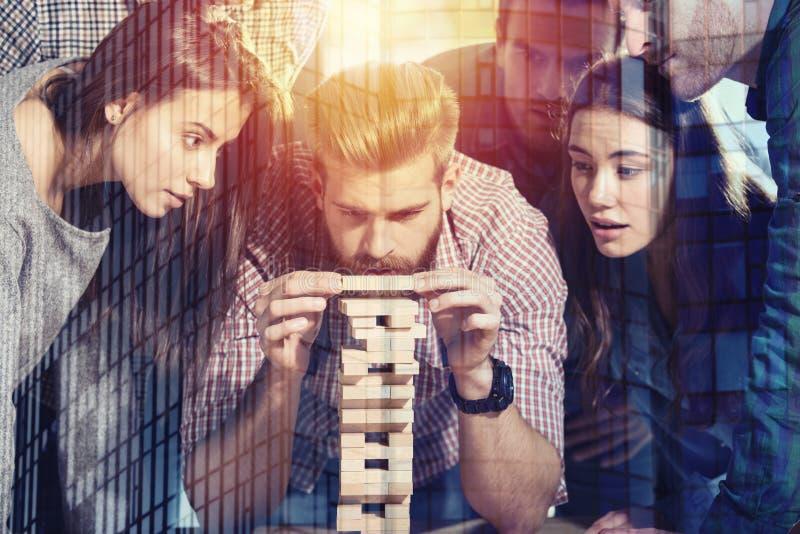 Team von Geschäftsleuten errichten einen hölzernen Bau Konzept des Teamwork-, Partnerschafts- und Firmenstarts lizenzfreies stockfoto
