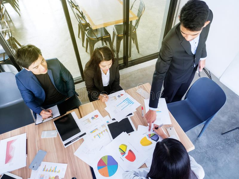 Team von jungen Firmenneugründungen arbeitet an einem Projekt stockbilder