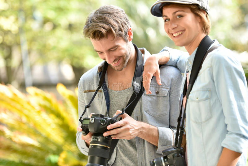Team von jungen Fotografen in der Stadt lizenzfreies stockbild