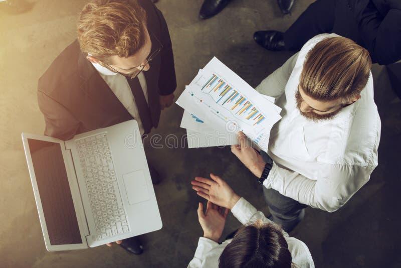 Team von Leuten arbeiten zusammen Konzept der Teamwork und der Partnerschaft stockbild