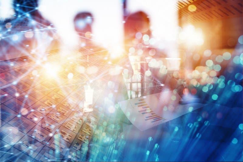 Team von Leuten arbeiten zusammen mit Firmenstatistiken Konzept der Teamwork und der Partnerschaft Doppelte Berührung stockfotos
