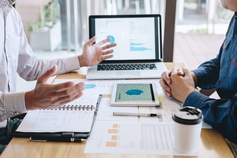 Team von Mitarbeitern arbeiten, das Geschäft zusammen, das Gespräch mit Partnerdarstellungsprojekt am Treffen von Funktion und vo lizenzfreie stockbilder