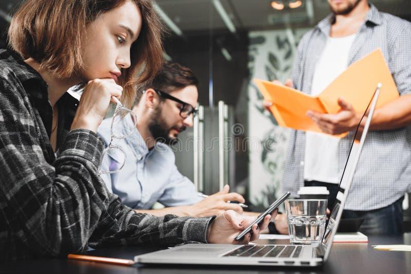 Team von modernen Startmanagern arbeitet an Laptop im Dachbodenraum T stockfotos