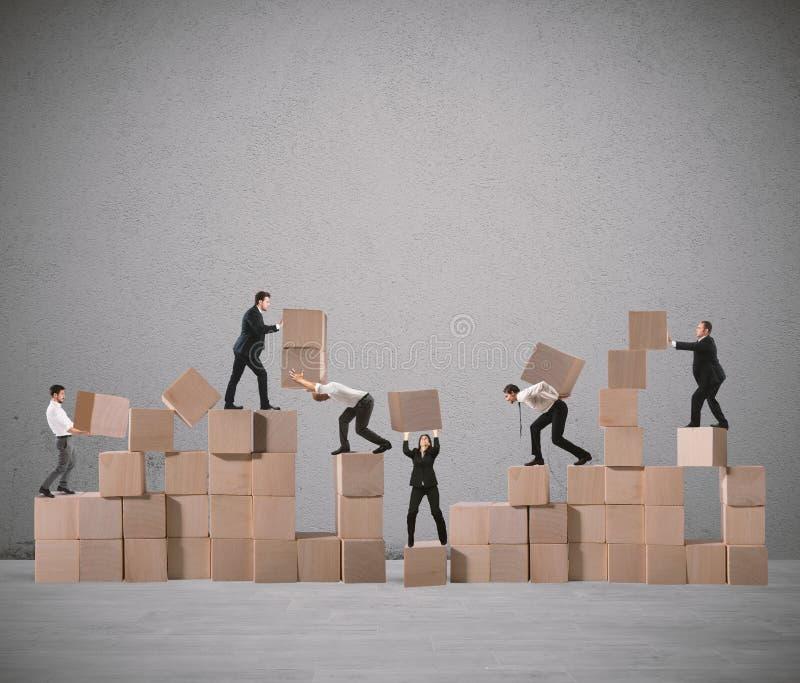 Team von Wirtschaftlern errichten eine neue Firma lizenzfreie stockfotografie