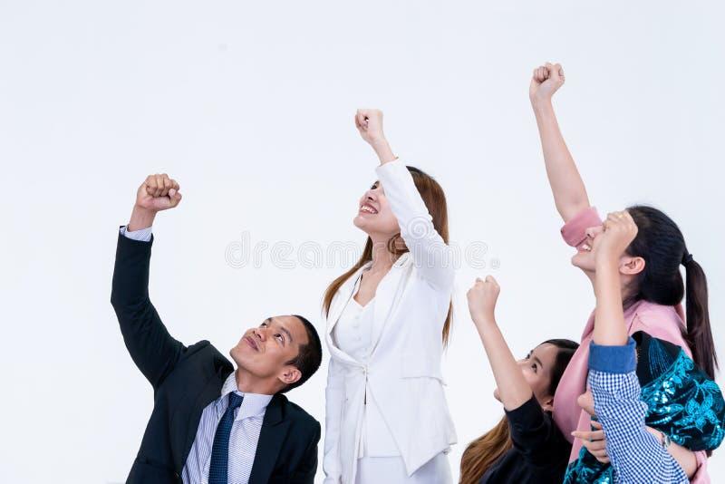 Team, welches die gewinnende Geste des Teamarbeits-Erfolgs oben schaut zeigt lizenzfreies stockbild