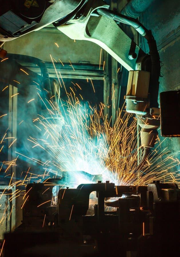Team Welding-robotsbeweging in een autofabriek stock afbeeldingen
