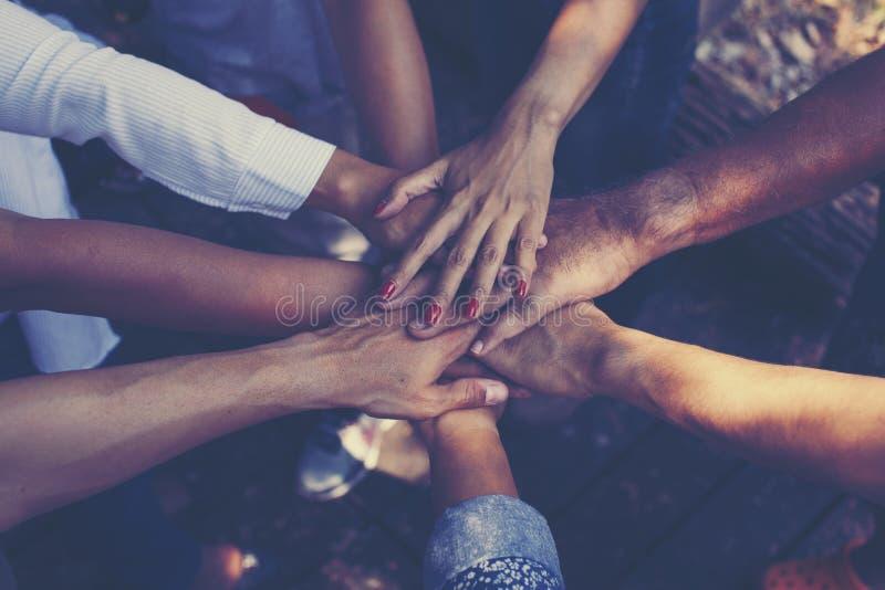 Team Work Concept: Groep Diverse Handen samen Dwarsproces stock afbeeldingen