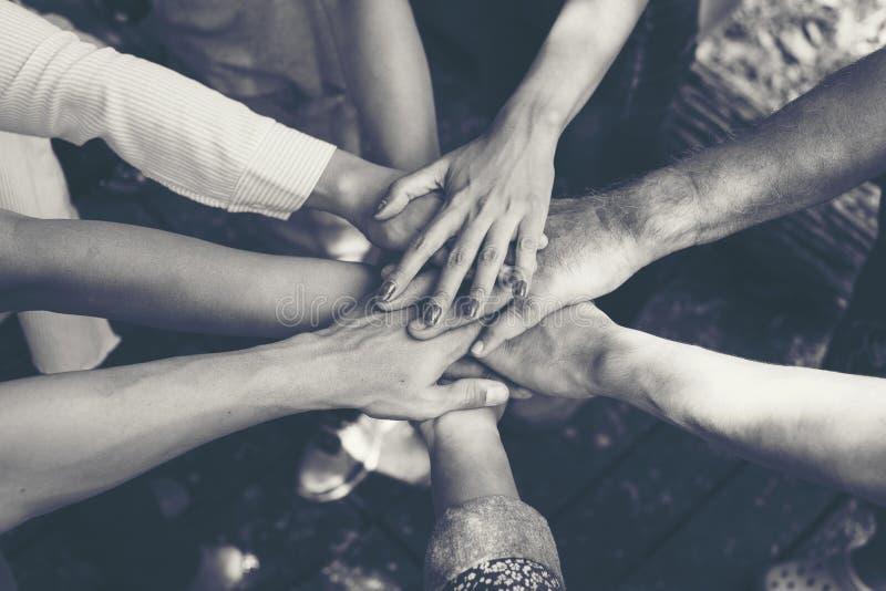 Team Work Concept: Groep Diverse Handen samen Dwarsproces stock foto's