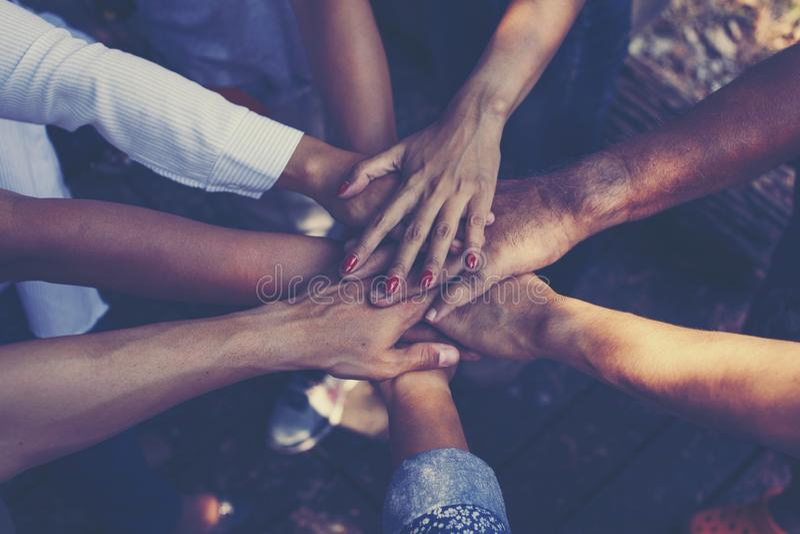 Team Work Concept : Groupe de mains diverses ensemble Proces croisé images stock