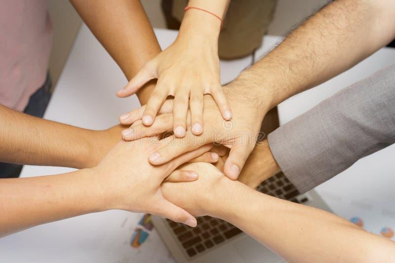 Team Work Concept: Grupo de mãos diversas junto Proces transversal fotografia de stock