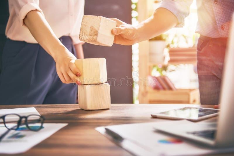 Teamarbeit im Büro lizenzfreies stockbild