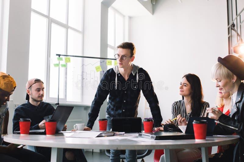 Teamarbeit und -Teamentwicklung ist ein Erfolg Beschäftigter Anfang tut oben sich das Arbeiten in der zufälligen Kleidung zusamme lizenzfreie stockfotografie