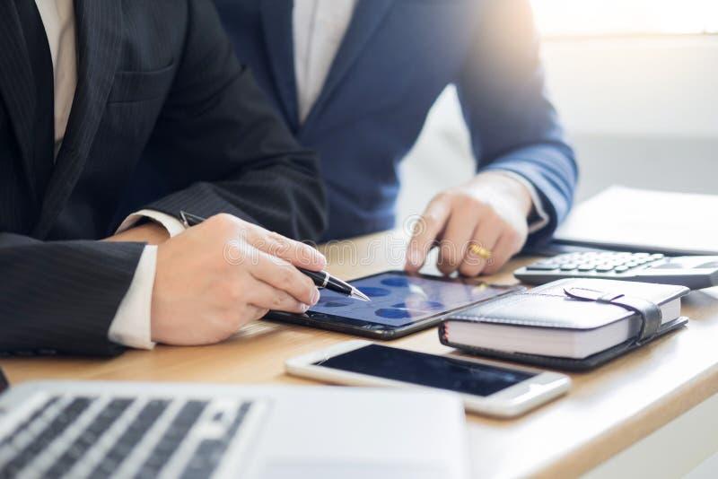 Teamarbeits-Geschäftsfunktion, die einen neuen Finanzplan mit Startprojekt mit Taschenrechner bespricht im berechnenden Büro anal lizenzfreies stockbild