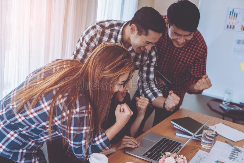Teamarbeitserfolg in der Geschäftsteambesprechung stockfoto