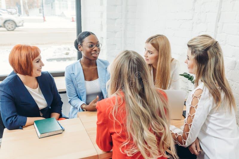 Teamarbeitsprozess Gemischtrassige Frauengruppe, die im Büro des offenen Raumes coloborating ist stockfoto