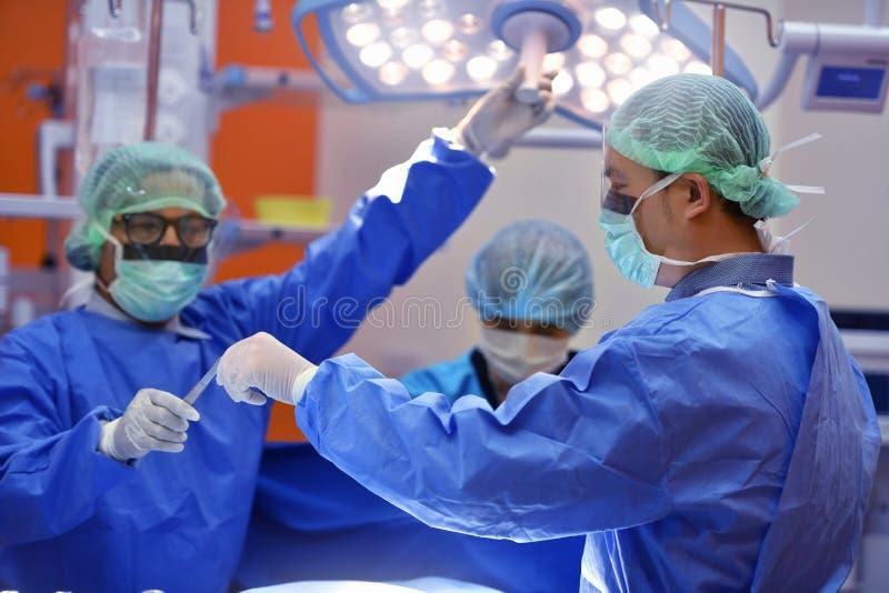 Teamchirurg aan het werk aangaande werkende ruimte royalty-vrije stock foto's