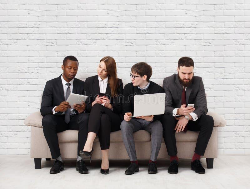 Teamentwicklung, multiethnisches Team, das auf Sitzung sitzt stockbild