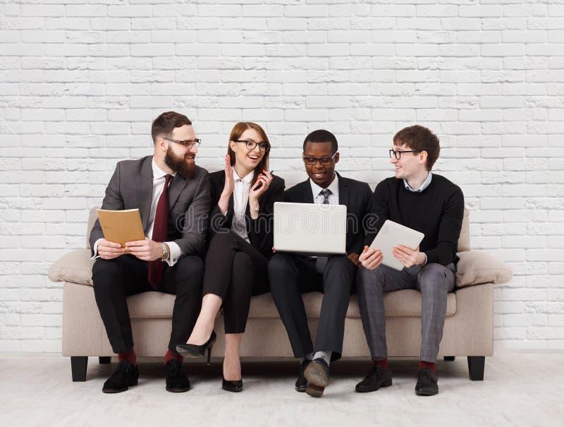 Teamentwicklung, multiethnisches Team, das auf Sitzung sitzt lizenzfreie stockbilder