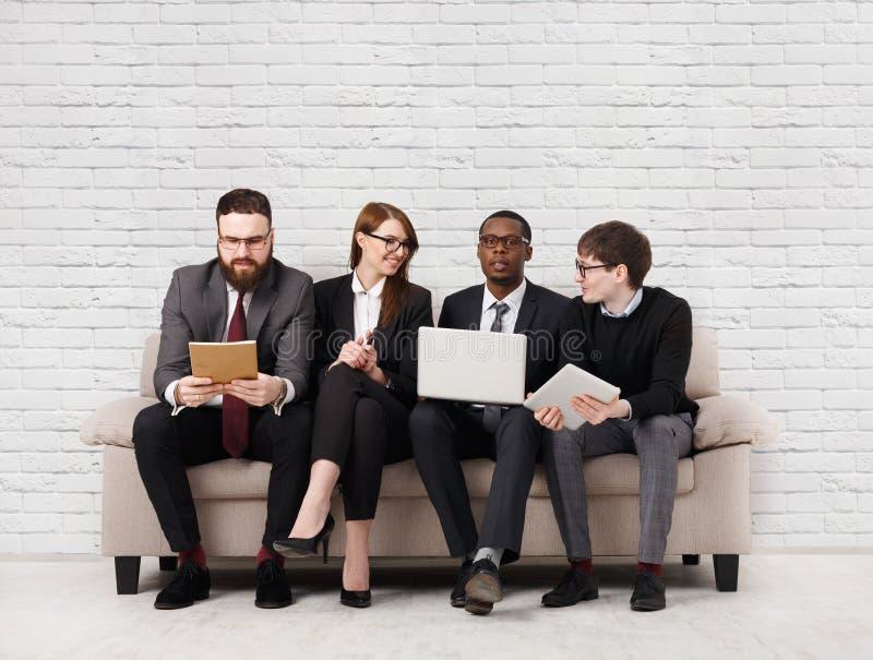Teamentwicklung, multiethnisches Team, das auf Sitzung sitzt lizenzfreies stockfoto