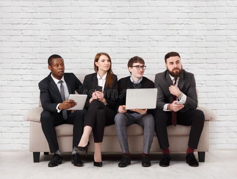Teamentwicklung, multiethnisches Team, das auf Sitzung sitzt stockfoto