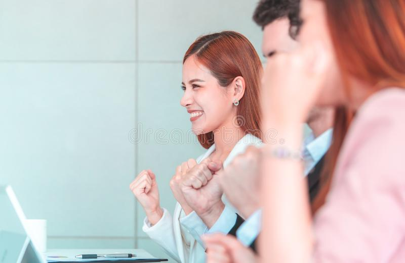 Teamhand omhoog voor succesvolle vergadering voor bedrijfssuccesconcept stock foto's