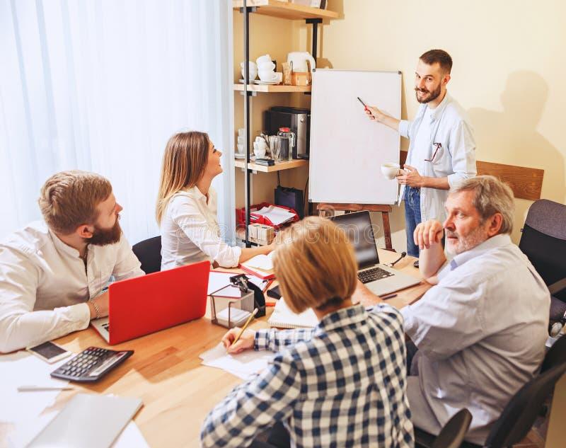 Teamjob Foto junge businessmans, die mit neuem Projekt im Büro arbeiten lizenzfreie stockfotos