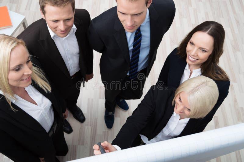 Teamleader som ger en presentation royaltyfri fotografi