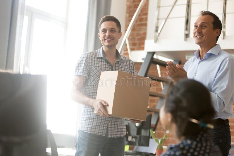 Teamleider die de nieuwe doos van de werknemersholding op eerste dag introduceren royalty-vrije stock afbeelding